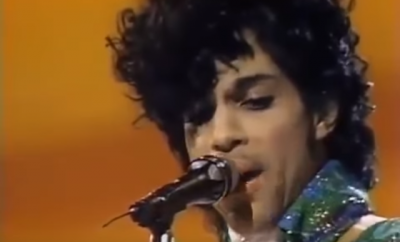 "Shot do vídeo de Prince a cantar ""Purple Rain Live"" nos American Music Awards 1985 - Youtube"