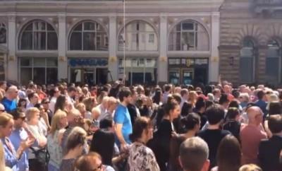Foto: Printscreen do vídeo da multidão de Manchester a cantar - Josh Halliday