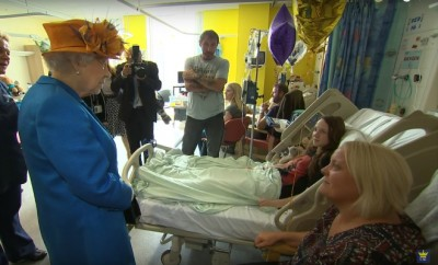 Foto: Rainha Isabel II no hospital pediátrico em Manchester - Youtube @The Royal Family Channel