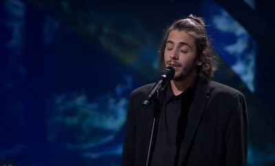 Foto: Salvador Sobral a cantar na semi-final da Eurovisão - Youtube Eurovision Song Contest