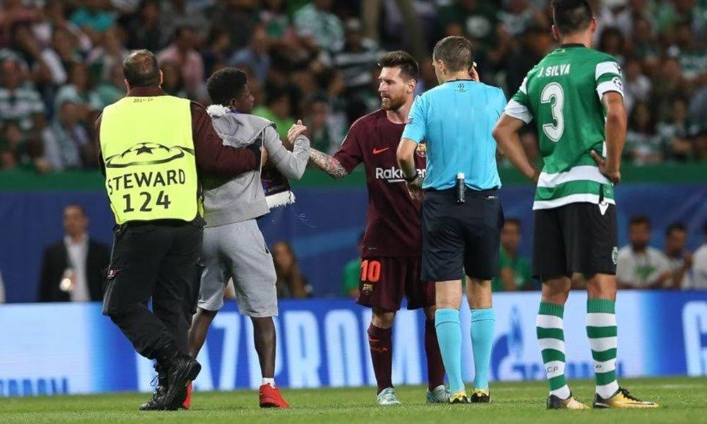 Sporting e Benfica estão em problemas com a UEFA. Adepto invadiu o o campo para tentar beijar as chuteiras de Messi no final do jogo com o Sporting.