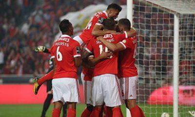 Equipa do Benfica festeja o golo de Jonas