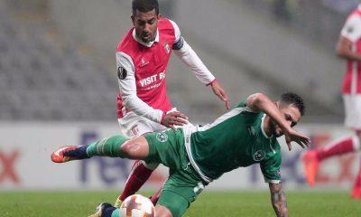 Disputa de um lance durante o jogo do SC Braga.