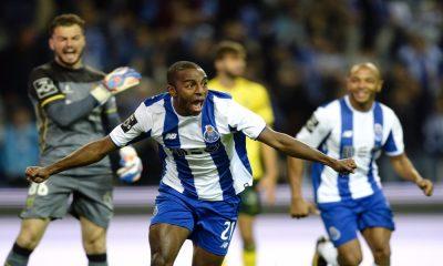 Ricardo festeja o primeiro golo do jogo do FC Porto.