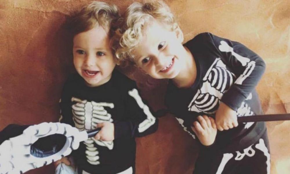Filhos dos Adrien Silva vestidos para o Halloween