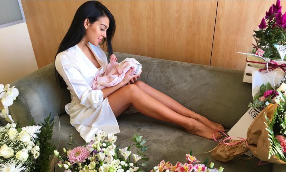 Georgina Rodriguez com a filha nos braços