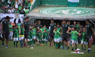 O mundo do futebol uniu-se em torno da Chapecoense há um ano