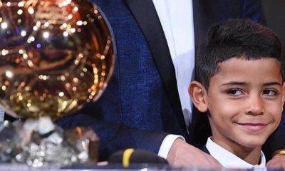 Cristianinho a olhar para a Bola de Ouro