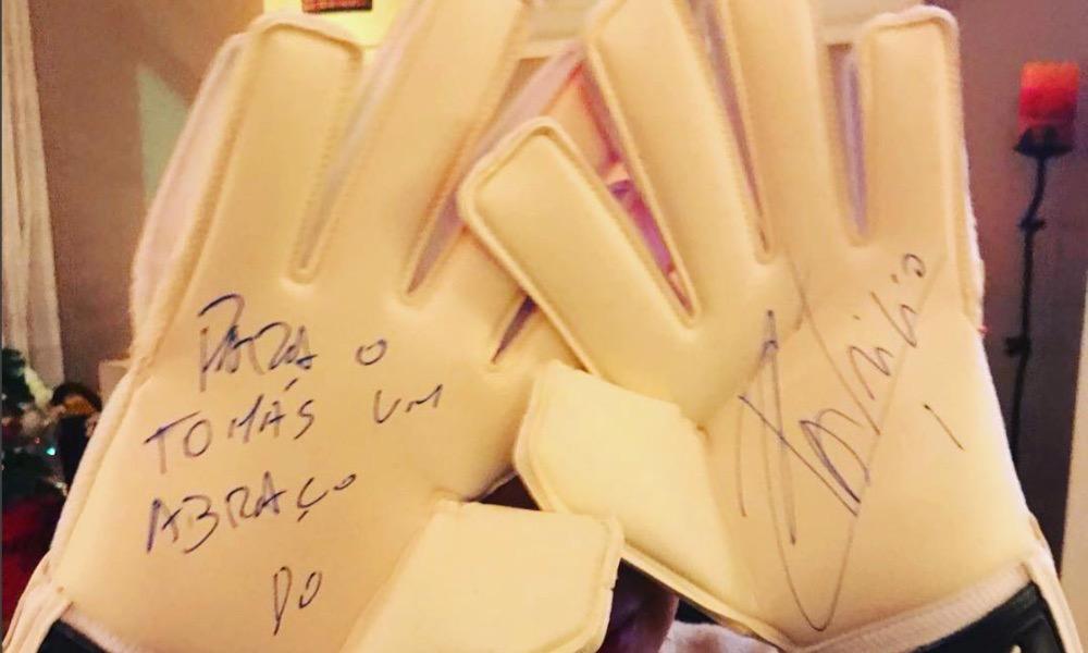 Rui Patrício ofereceu umas luvas autografas a Tomás