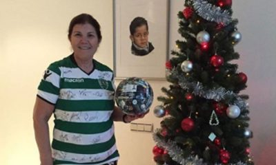 Dolores Aveiro com a prenda oferecida pelo Sporting