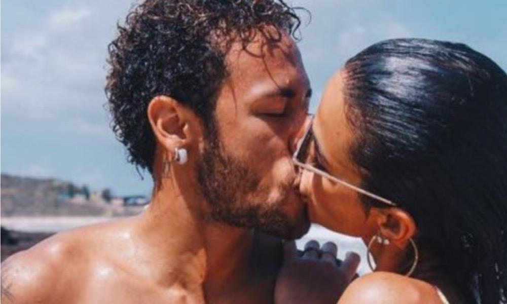 Neymar e Bruna Marquezine dão um beijo apaixonado
