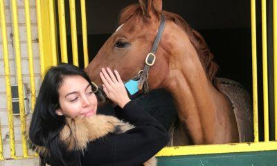 Georgina Rodríguez com um dos cavalos do hipódromo