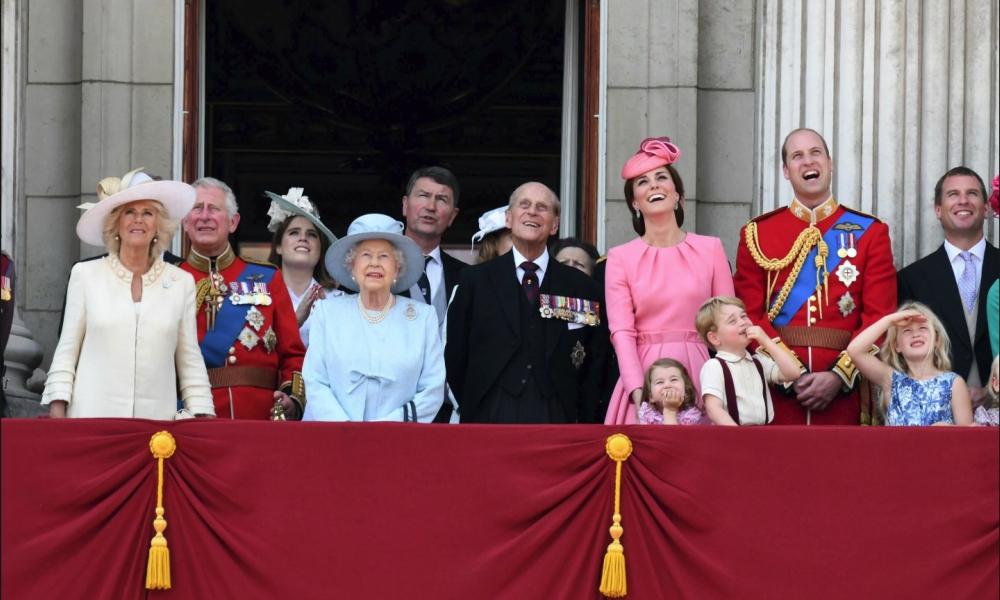 Família real britânica na varanda do Palácio de Buckingham a assistir ao Trooping the Colours