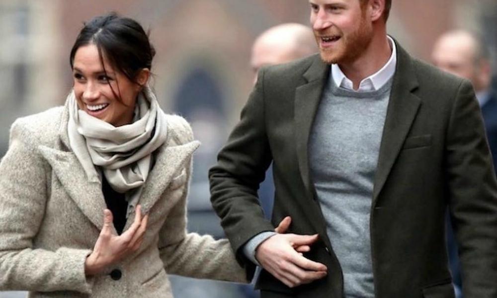 Meghan Markle ganha abraço de crianças e Harry diz: 'Ela é minha'