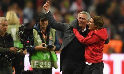 osé Mourinho a celebrar ao lado do filho
