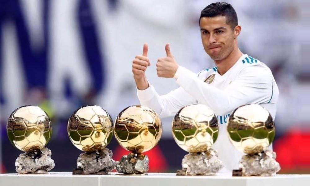 Cristiano Ronaldo ao lado das suas cinco bolas de ouro