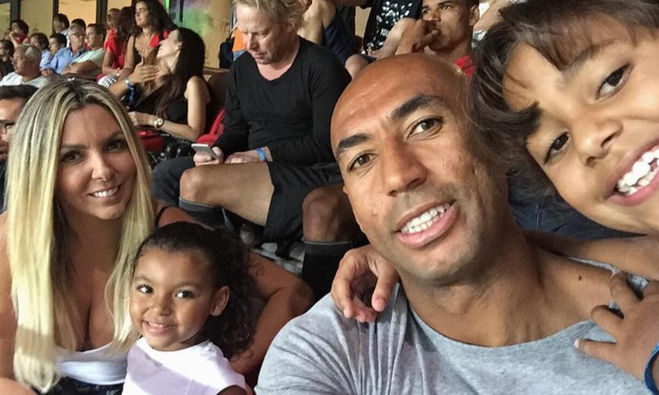 Luisão com a mulher e as filhas no Estádio da Luz