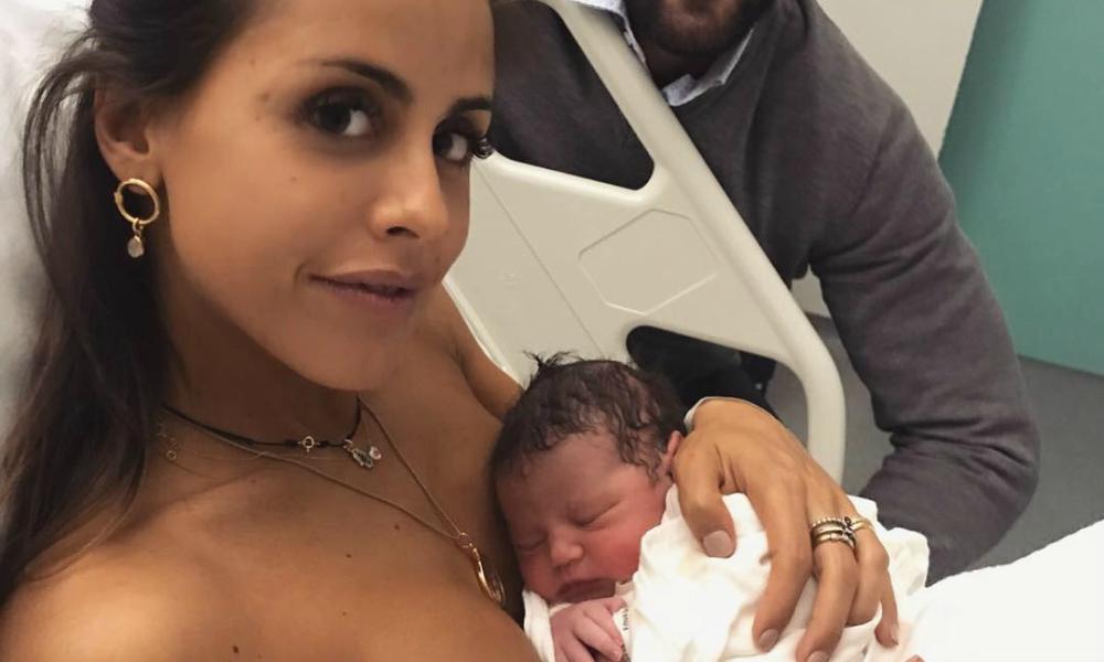 Carolina Patrocínio e a filha recém-nascida