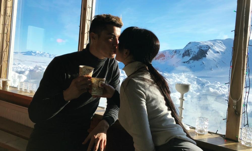 Cristiano Ronaldo e Georgina Rodríguez trocam um beijo apaixonado