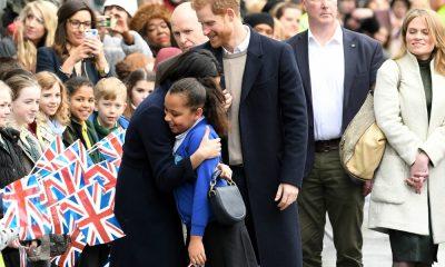 Meghan Markle abraça menina de 10 anos durante a visita a Birmingham