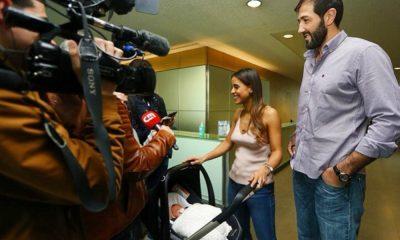 Carolina Patrocínio e o marido Gonçalo Uva com a filha recém-nascida à saída da maternidade