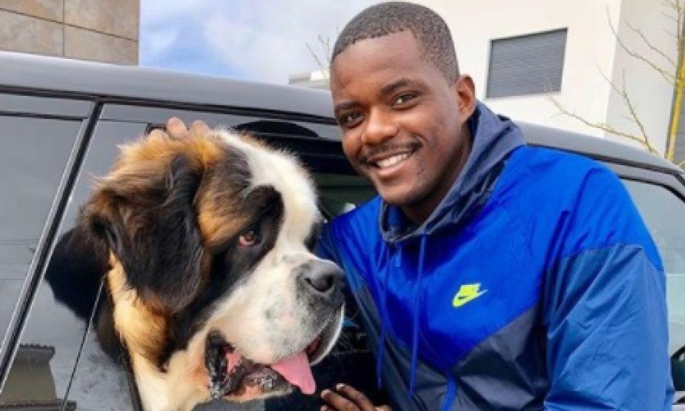 William Carvalho com um dos seus cães