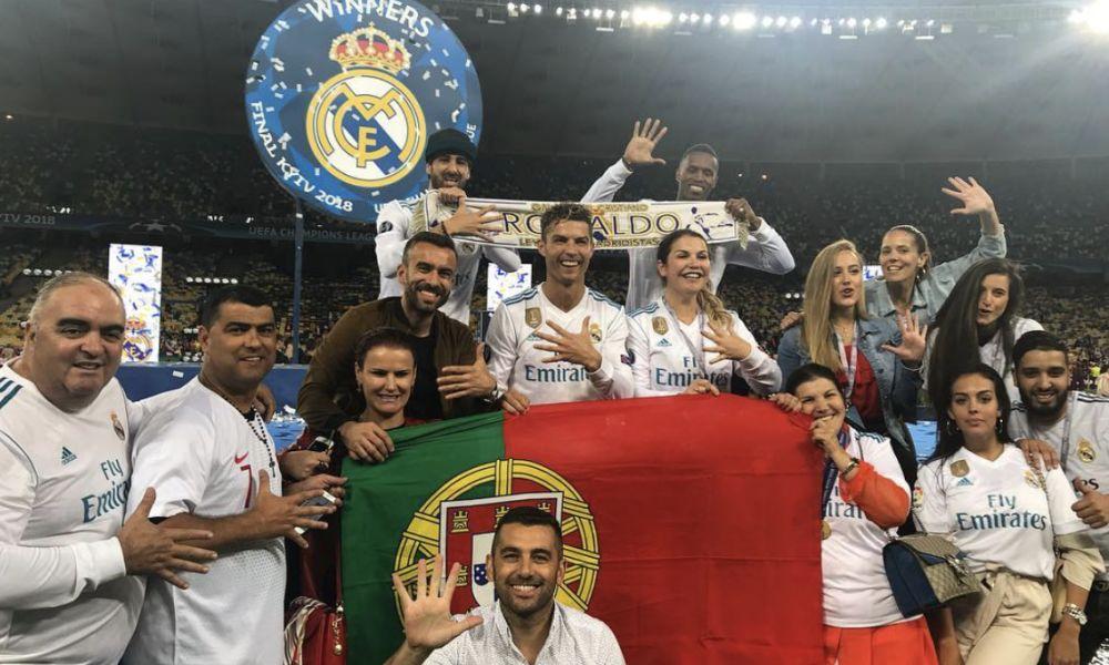 Cristiano Ronaldo ao lado da família e dos melhores amigos