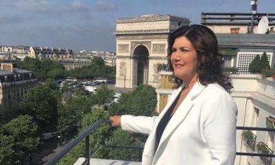 Dolores Aveiro posou ao lado da Torre Eiffel