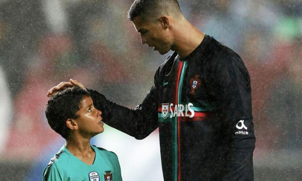 Cristianinho a ouvir atentamente os conselhos de Cristiano Ronaldo