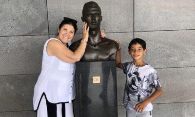 Dolores Aveiro e Cristianinho com o busto de Cristiano Ronaldo