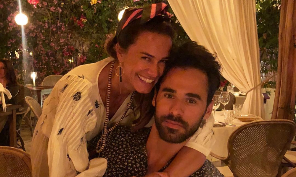 Cláudia Vieira abraçada ao companheiro no dia do aniversário dele