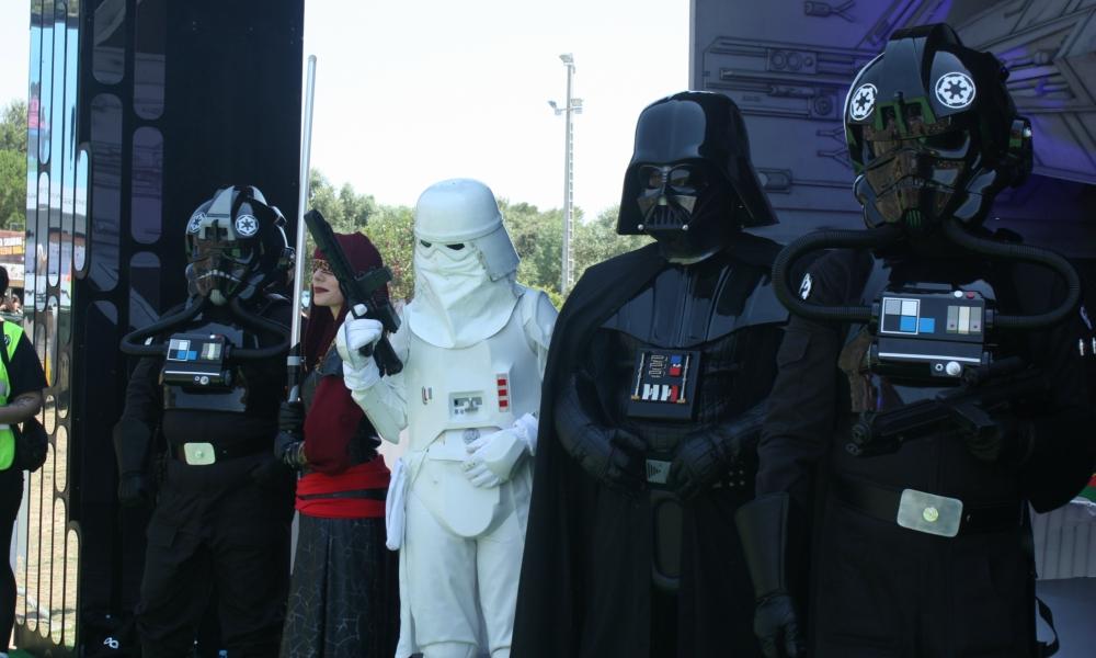 Cosplays de Star Wars guardam a nave espacial