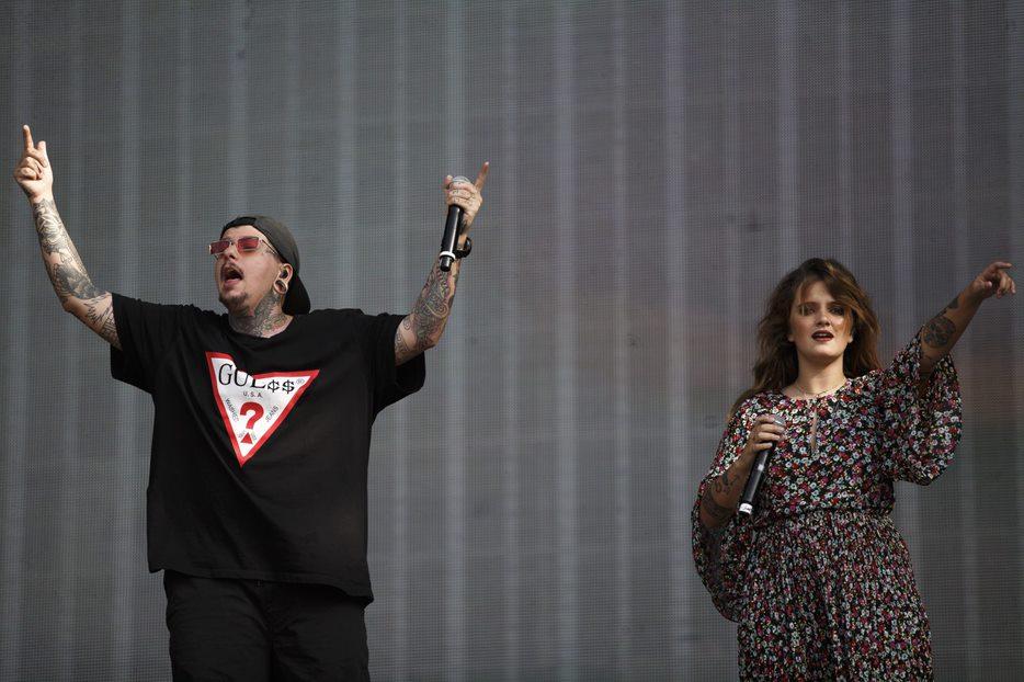 "Carolina Deslandes subiu ao palco Mundo durante o concerto de Agir para cantar a música ""Mountains"""