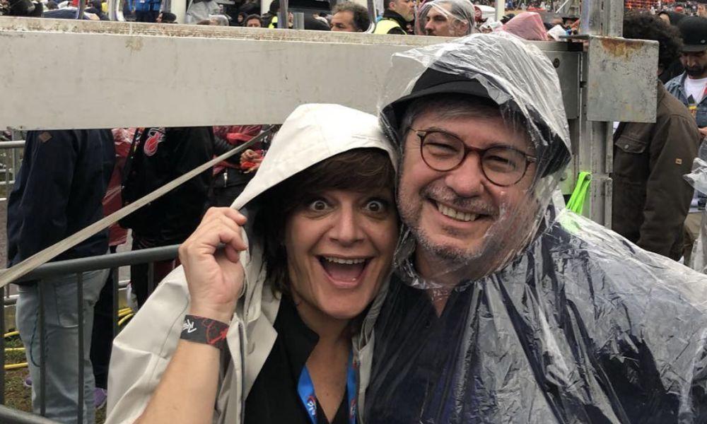 úlia Pinheiro e o marido tiveram que se resguardar da chuva