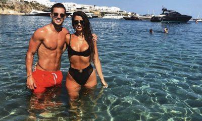 Cédric Soares e a namorada nas águas da Grécia