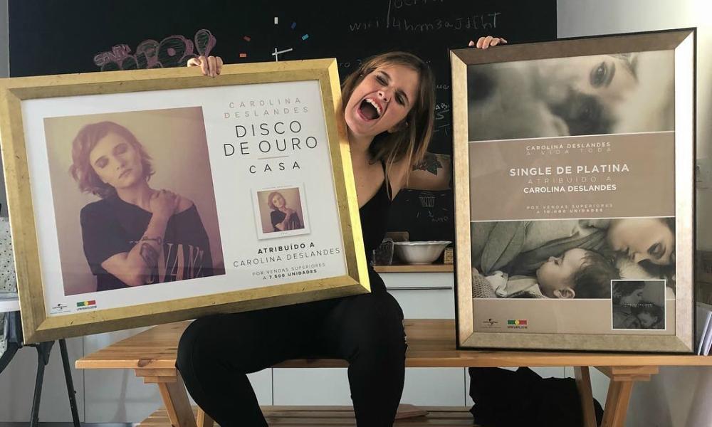 Carolina Deslandes celebra a conquista do Disco de Ouro e do Single de Platina